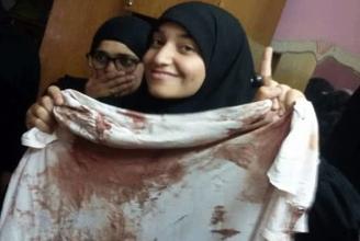 Die Schwester von Abdel Rahman El-Sayyed mit seiner letzten Kleidung.