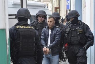 Tschechische Polizisten führen Muslime ab