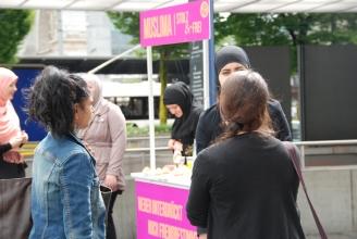 Musliminnen stehen Red und Antwort (c) 2013/IZRS