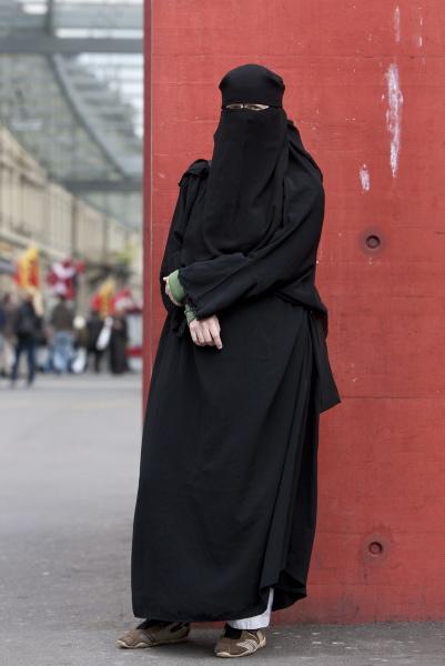 Portrait von Nora Illi, Frauenbeauftragte des Islamischen Zentralrates der Schweiz, aufgenommen am 19. Mai 2010 auf dem Bahnhofplatz in Bern. (KEYSTONE/Alessandro Della Bella)