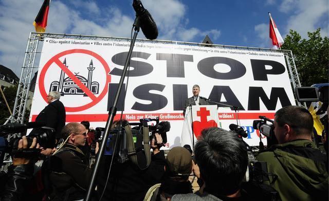 """Der Fraktionsgeschaeftsfuehrer der Buergerbewegung """"Pro Koeln"""", Manfred Rouhs (M.), teilt den Journalisten und einzelnen Aktivisten am Samstag (20.09.08) auf dem Heumarkt in Koeln mit, dass die Veranstaltung von """"Pro-Koeln"""" von der Polizei aus Sicherheitsgruenden untersagt wurde. Zuvor wurde dem Redner der Strom abgedreht. In der gesamten Koelner Innenstadt protestieren Demonstranten gegen den """"Anti-Islamisierungs-Kongress"""" der Buergerbewegung und sperrten saemtliche Zufahrtsstrassen zum Heumarkt, auf dem die Kundgebung der rechtsgerichteten """"Pro-Koeln""""-Teilnehmer statt finden sollte. Aus allen Teilen Europas hat die rechtspopulistische Buergerbewegung """"Pro Koeln"""" Teilnehmer zu einem zweitaegigen sogenannten """"Anti-Islamisierungs-Kongress"""" eingeladen. Die Organisation wird seit mehreren Jahren unter dem """"Verdacht einer rechtsextremistischen Bestrebung"""" im NRW-Verfassungsschutzbericht aufgefuehrt. (zu ddp-Text) Foto: Torsten Silz/ddp"""