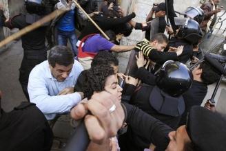 Ägyptischer Alltag: Polizisten prügeln in Kairo auf Demonstranten ein
